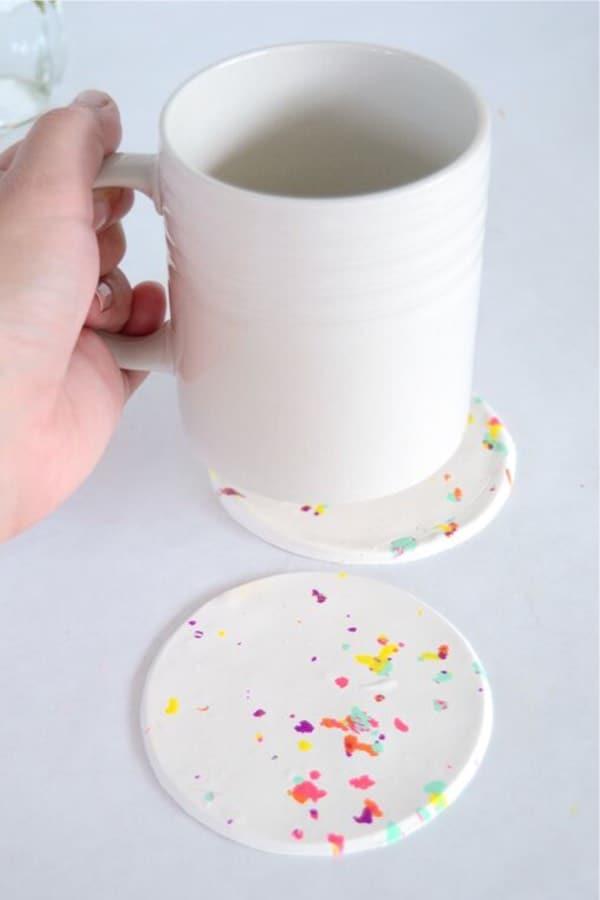 craft tutorial to make confetti coasters